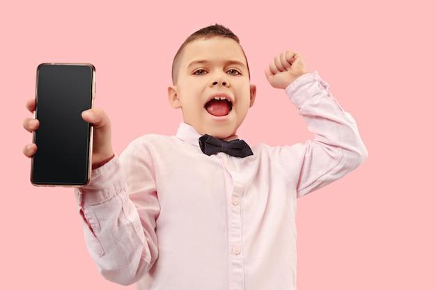 Indoor portret van aantrekkelijke jonge jongen met lege smartphone