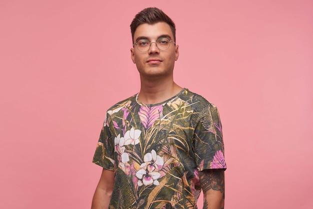 Indoor portret van aantrekkelijke jonge kortharige man in casual t-shirt poseren, rustig kijken met zelfverzekerde uitstraling