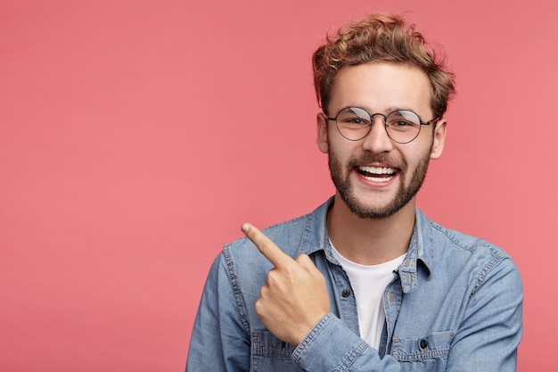 Indoor portret van bebaarde jonge man met trendy kapsel
