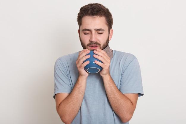 Indoor schot van knappe bebaarde man met donker haar en snor