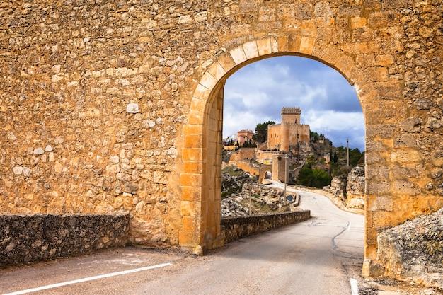Indrukwekkend middeleeuws alarcon-kasteel in spanje