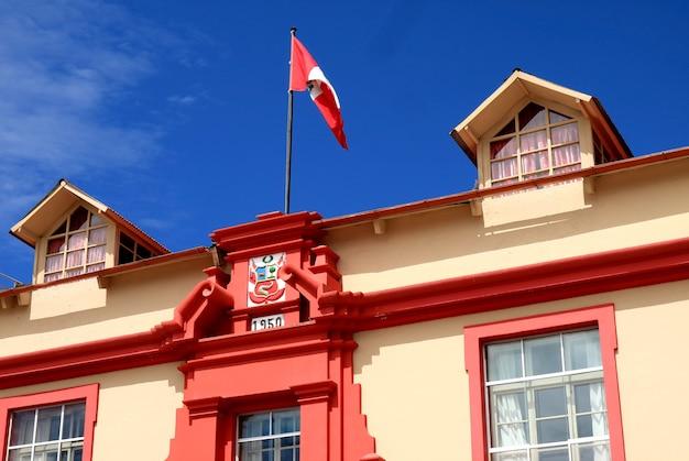 Indrukwekkende gevel van het justitiepaleis of palacio de justicia in de stad puno peru