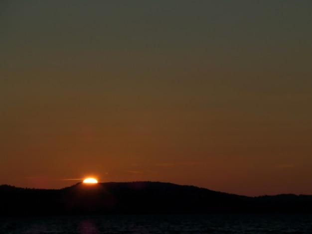 Indrukwekkende zonsondergang 's avonds laat over de noordzee in de zomer van bergen, noorwegen