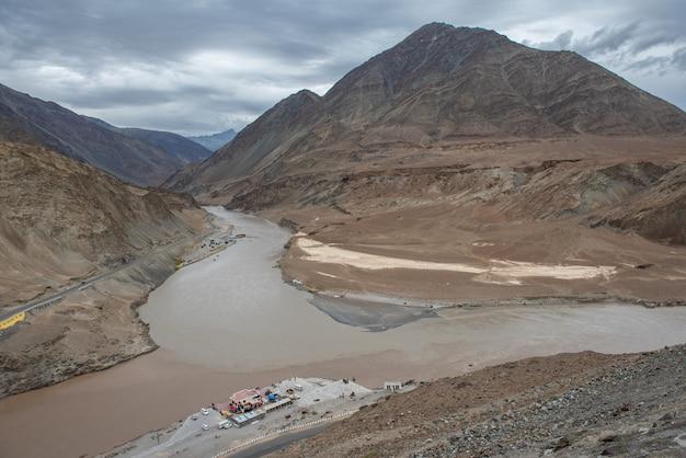 Indus en zanskar-rivieren in leh, ladakh, india.