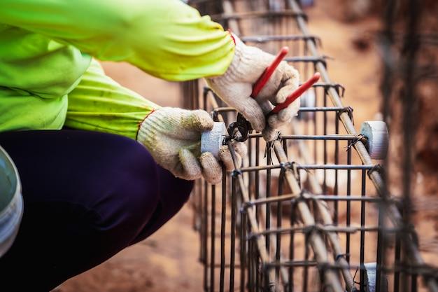 Industrie bouwplaats arbeid mensen werknemer draad staal bar