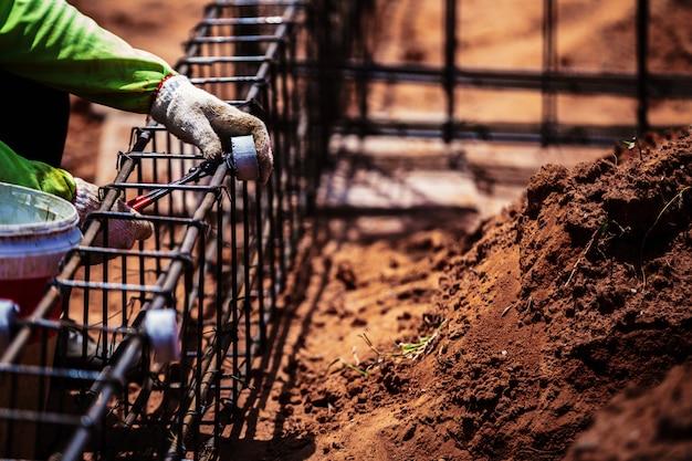 Industrie bouwplaats arbeidskrachten werknemer draadstaal bar