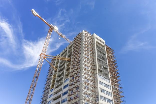 Industriebouwkranen en huizen met meerdere verdiepingen in aanbouw