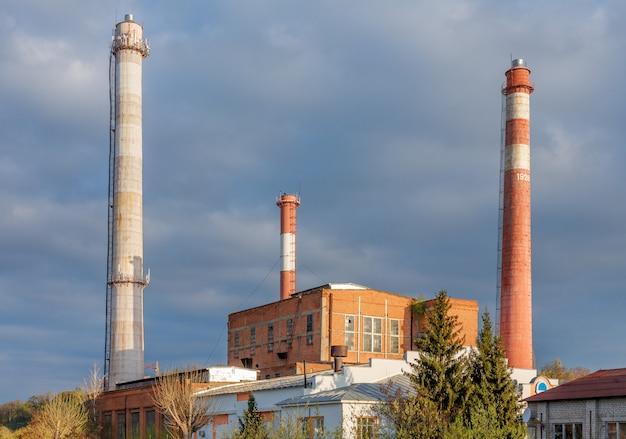 Industrieel bakstenen gebouw met hoge buizen