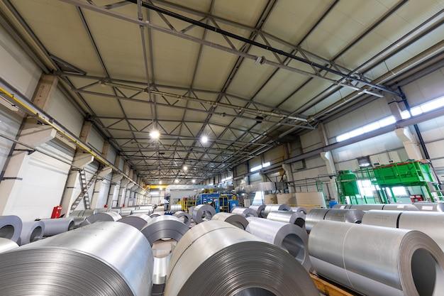 Industrieel fabrieksinterieur met apparatuur, transportband en stalen gereedschappen, industriële achtergrond