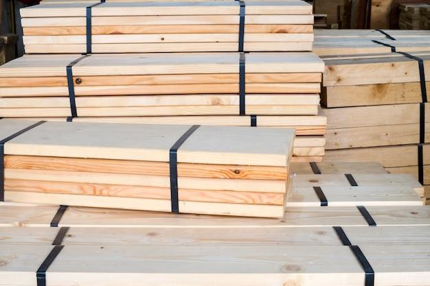 Industrieel houtverwerkingsmateriaal voor gebruik bij het maken van meubels