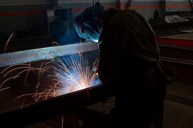 Industrieel in de fabriek lassen close-up vonken