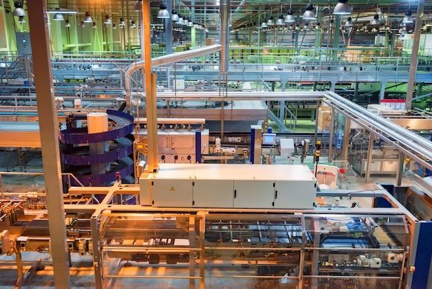 Industrieel interieur van frisdrankfabriek met buizen