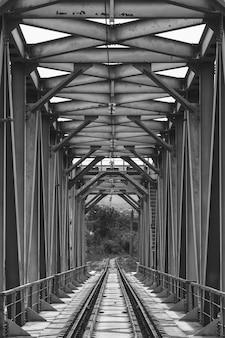 Industrieel landschap met spoorwegbrug, zwart wit