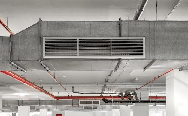 Industrieel ventilatiesysteem voor luchtkanalen en leidingsystemen geïnstalleerd op het industriële gebouwplafond.