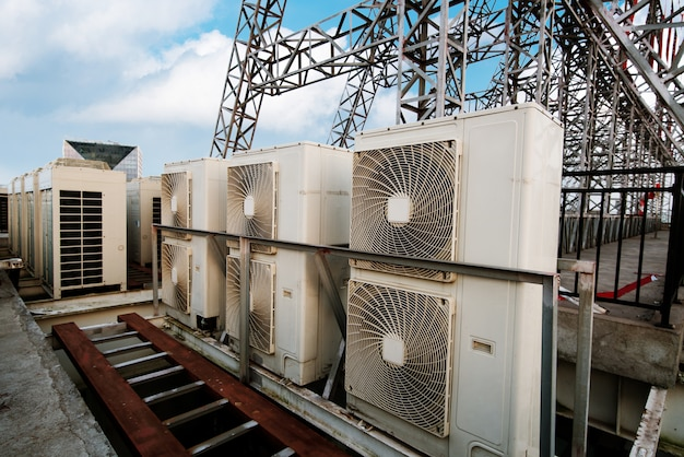 Industriële airconditionercondensatoren ¡op het dak van een gebouw op een warme zomerdag