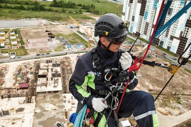 Industriële bergbeklimmer in uniform met walkie-talkie