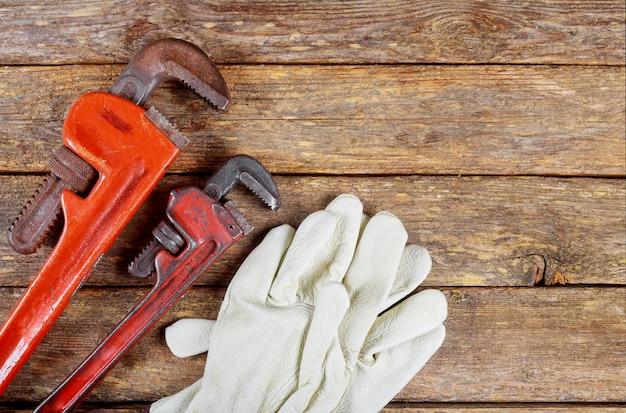 Industriële beschermende handschoenen, moersleutels, staal op de tafel