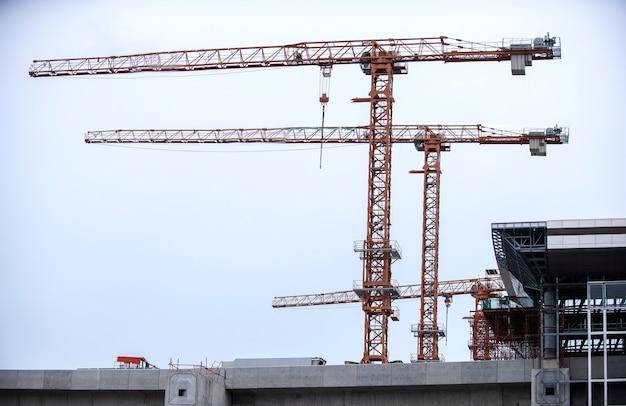 Industriële bouwkranen en gebouwen