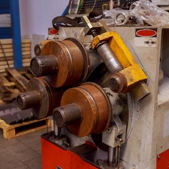 Industriële buigmachine voor het buigen van metalen buizen Premium Foto