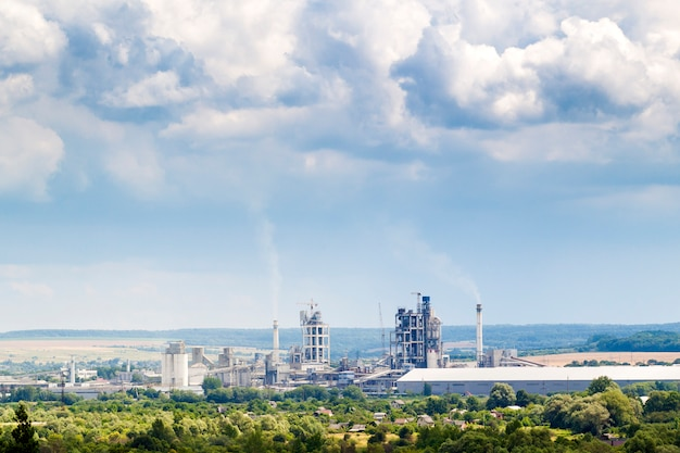 Industriële cementfabriek met hierboven pijpen en gezwollen pijpen