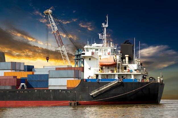 Industriële container in oceaanschip
