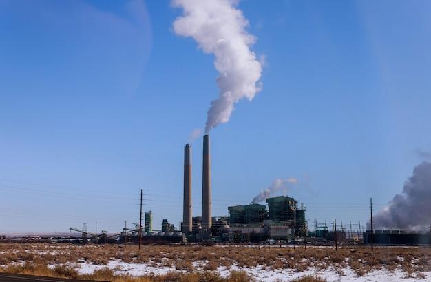Industriële elektrische centrale met schoorsteen