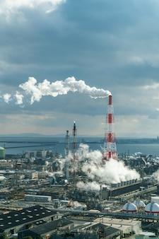 Industriële energiecentrale en schoorsteen.
