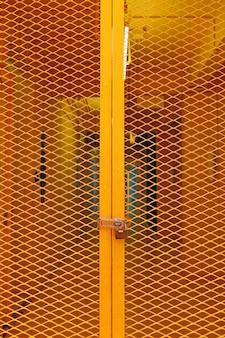 Industriële entree, gele stalen rooster deur