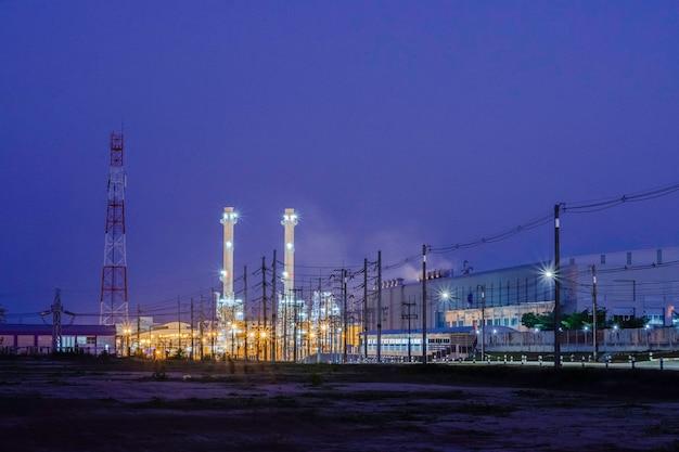 Industriële fabrieksinstallatie met prachtig licht in donkere nacht