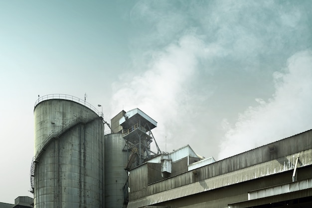 Industriële fabrieksrook veroorzaakt luchtvervuiling