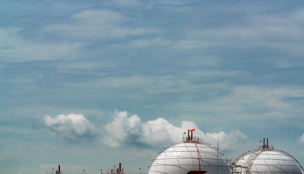 Industriële gasopslagtank. lng of vloeibaar aardgastank. sferische gastank in aardolieraffinaderij. bovengrondse opslagtank. aardgasopslagindustrie.