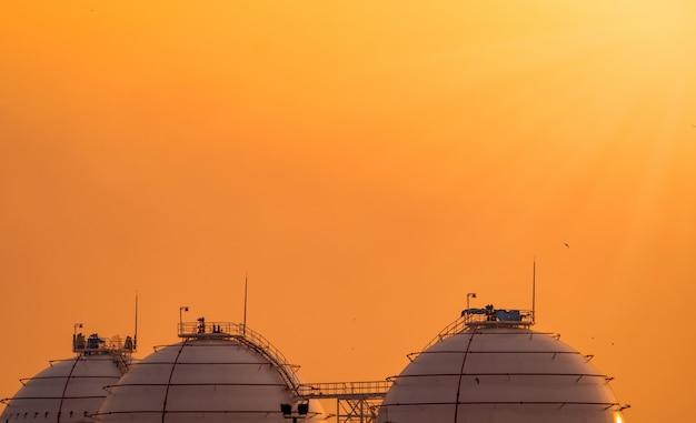 Industriële gasopslagtank. opslagtank voor lng of vloeibaar aardgas. bolvormige gastank in aardolieraffinaderij. bovengrondse opslagtank. aardgasopslagindustrie en verbruik op de wereldmarkt