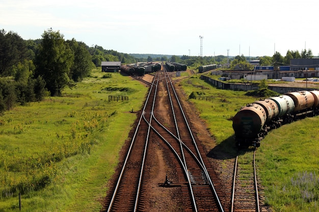 Industriële goederentrein op spoorweg