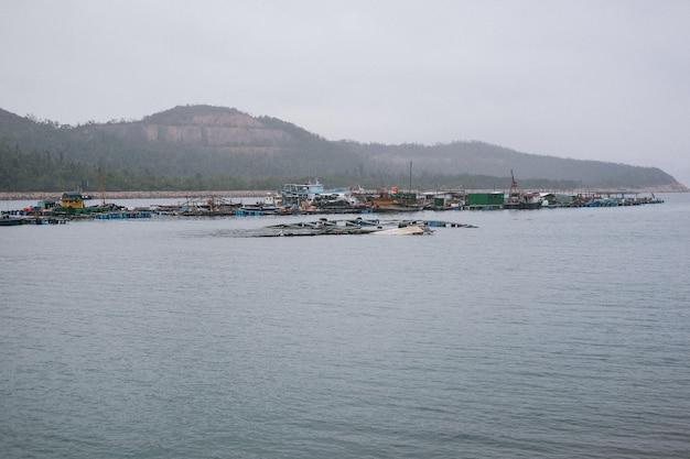 Industriële haven met arme bungalows