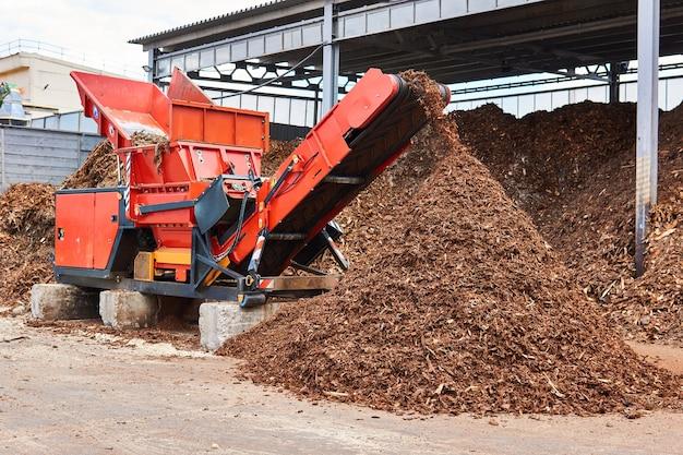 Industriële houtversnipperaar die houtsnippers maakt van schors