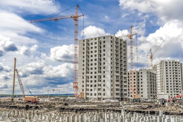 Industriële kranen en bouwlandschap