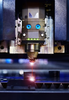 Industriële lasersnijmachine tijdens het snijden van het plaatwerk met het vonkende licht