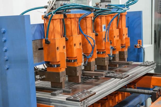 Industriële lasmachines in de werkplaats, in het proces van werk en beweging