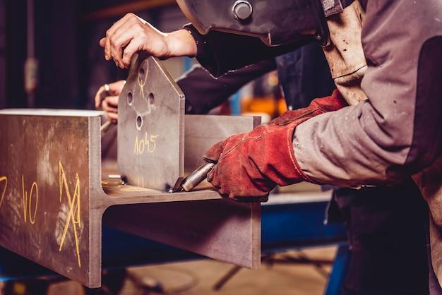 Industriële lasser met toorts
