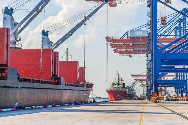 Industriële logistiek en transport van vrachtwagens in containerwerf voor logistieke en vrachtactiviteiten