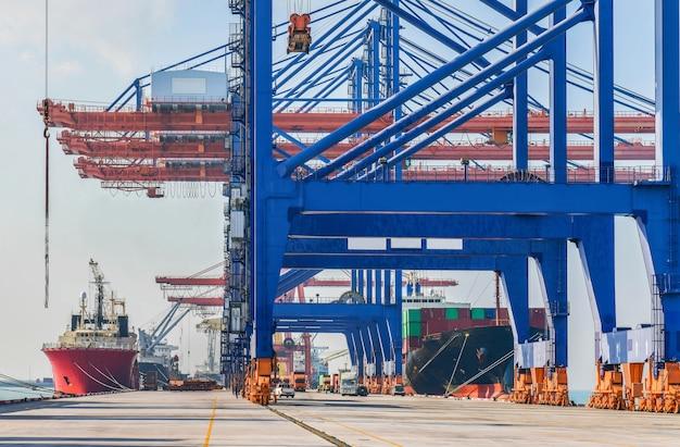 Industriële logistiek en transport van vrachtwagens in containerwerf