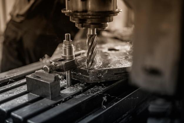 Industriële machine boren in metaal