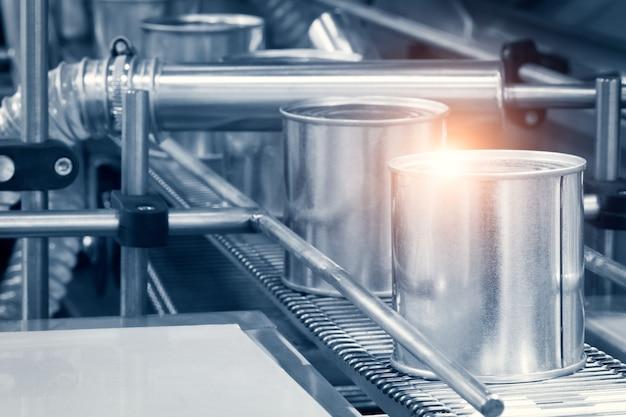 Industriële machine die wordt gebruikt bij de productie van conserven. een close-up weergave.