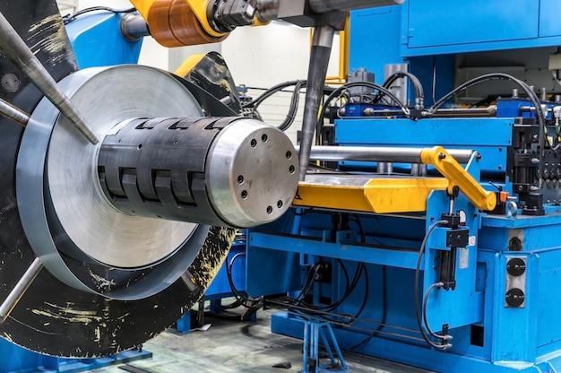 Industriële metalen plaatspoelen verbonden met metalen plaatprofielvormmachine.