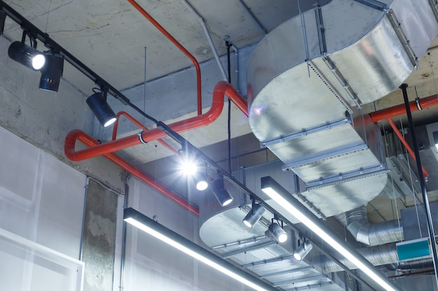 Industriële nutsbedrijven onder het plafond.