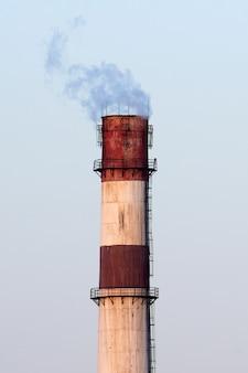 Industriële pijp met komende rook