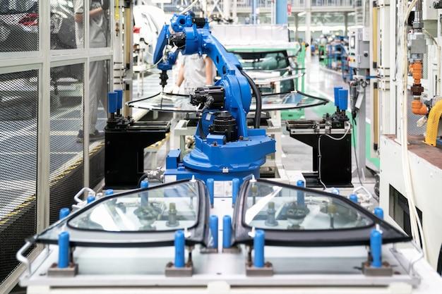 Industriële robot in slim magazijnsysteem voor productiefabriek