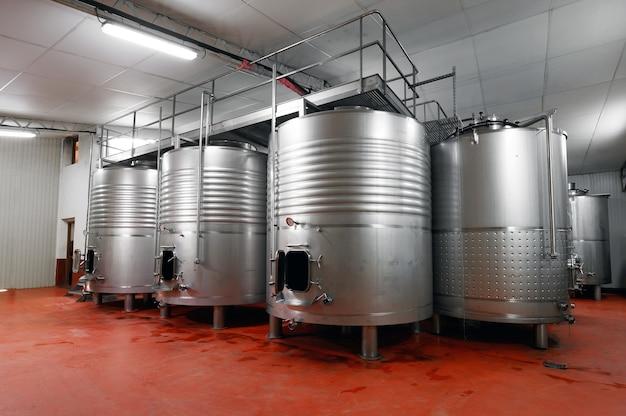 Industriële roestvrijstalen vaten in moderne brouwerij.