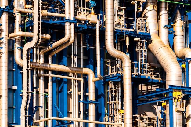 Industriële scène: details van leidingen van raffinaderijen