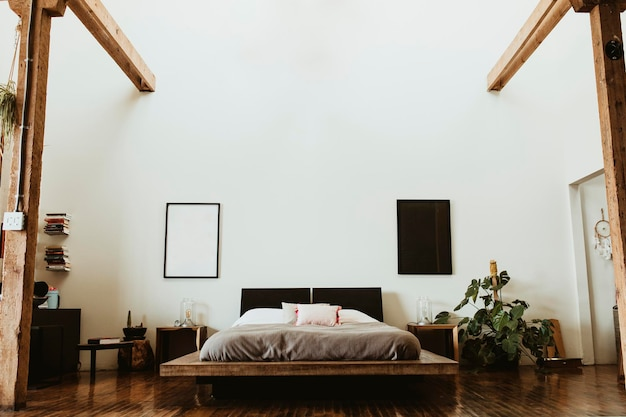 Industriële slaapkamer met donkere houten vloeren
